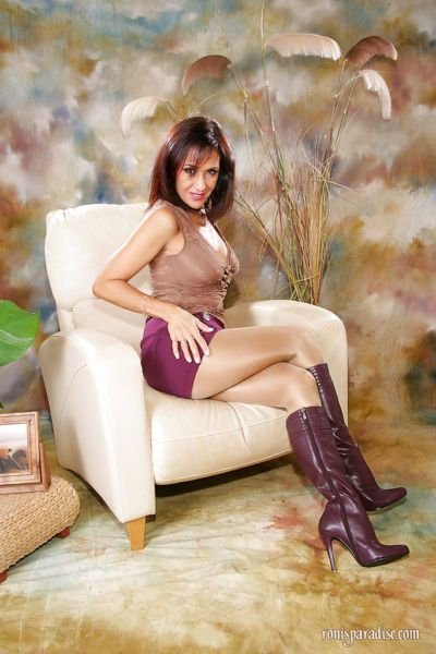 Mature babe Roni denudes boobs and poses in shiny pantyhose and boots